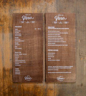 In menu bằng gỗ